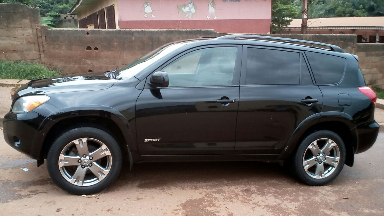toyota rav4 2008 noire 4 4 v6 183414km modele sport petites annonces gratuites au cameroun. Black Bedroom Furniture Sets. Home Design Ideas
