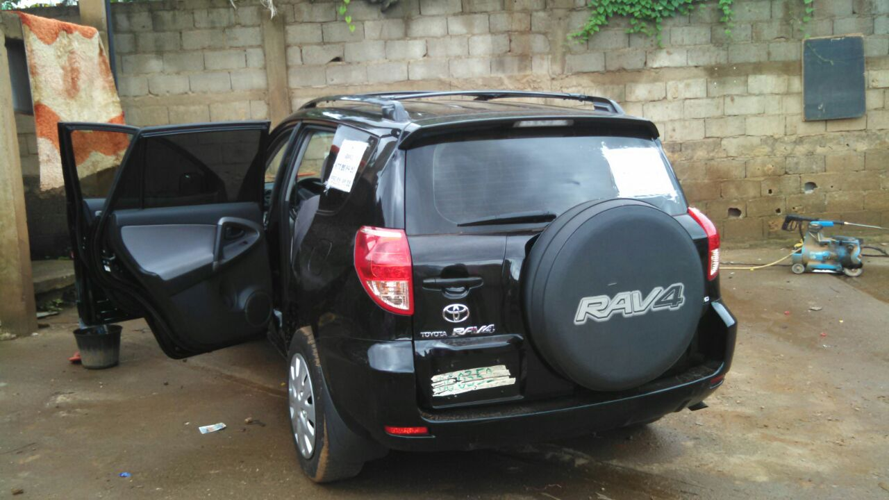 toyota rav4 2008 noire 4 4 v6 123170km suv petites annonces gratuites au cameroun. Black Bedroom Furniture Sets. Home Design Ideas