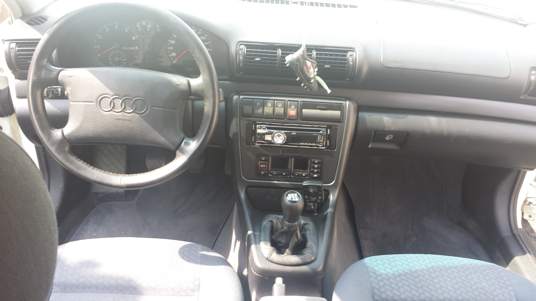 2 900 000fcfa volkswagen audi a4 version 2000 occasion d for Interieur a4 2000