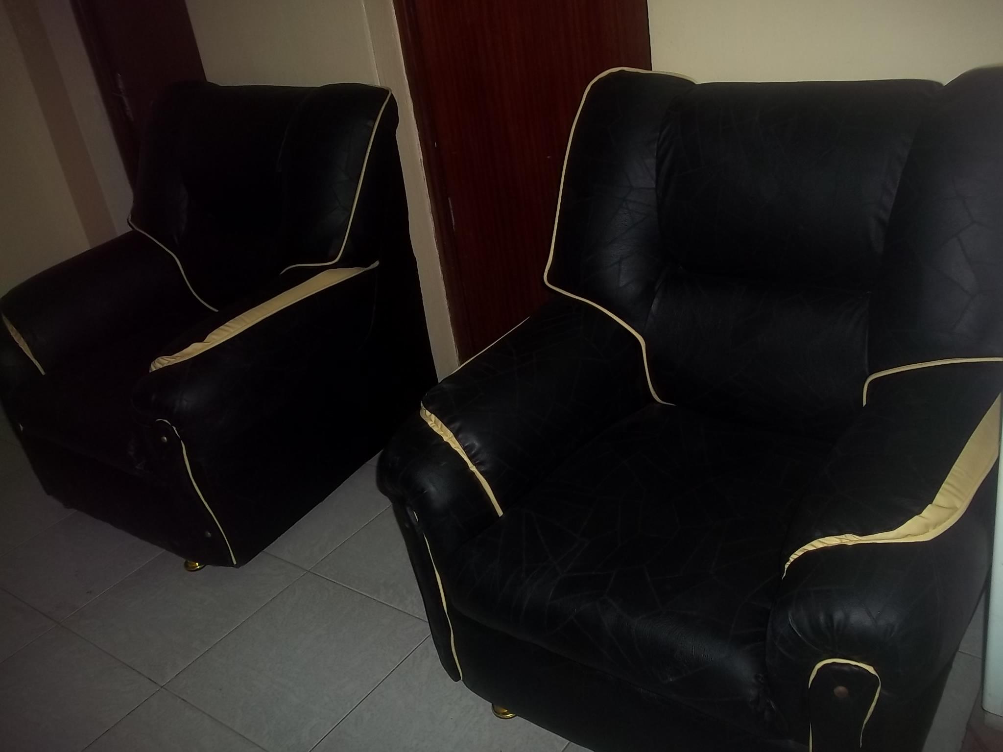 Salons 7 places 6 places et canape de 2 places en cuir for Salon occasion